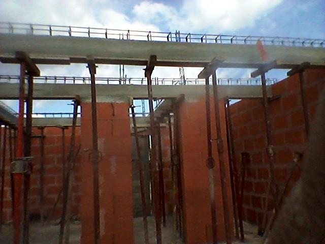 coffrage et coulage poutres porteuses de plancher et murs d'étage