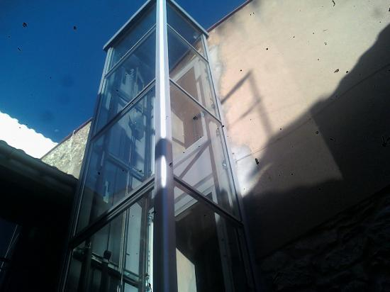 ascenceur posé (par une entreprise spécialisée) aprés les ouvertures 1er et 2eme étage