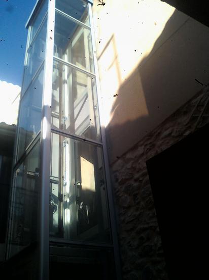 ascenceur posé (par une entreprise spécialisée) aprés les ouvertures inférieures et supérieures