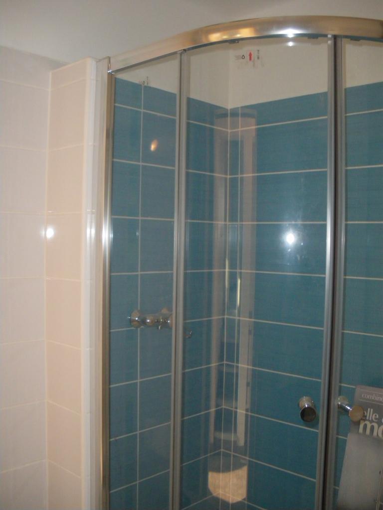 Vue cabine de douche posée salle de bain étage