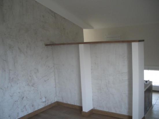 Vue de la salle de bain ouverte sur chambre