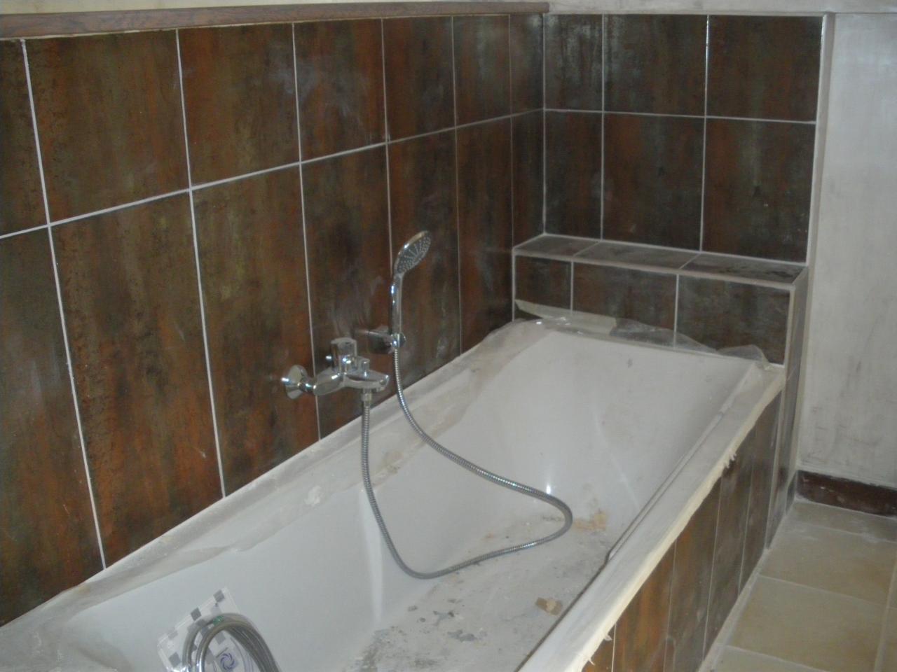 Vue baignoire salle de bain ouverte sur chambre