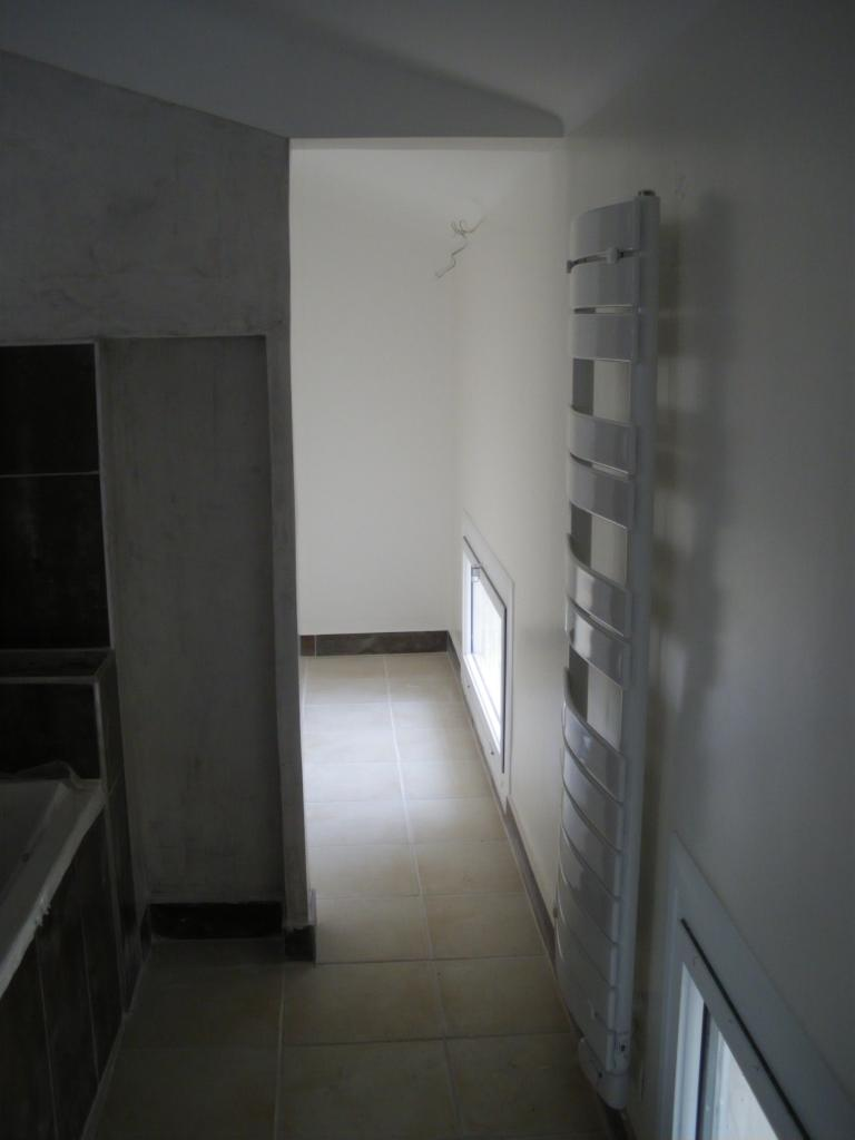 Vue salle de bain ouverte sur chambre