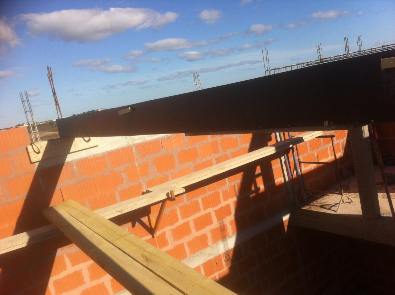 coffrage de poutres à 6 mètres de haut pour toit terrasse