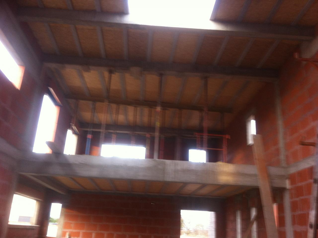 Vue poutres et plancher toit terrasse hauteur de plafond 6 mètres
